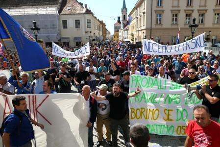 "Workers from shipyards ""3. May"" and ""Uljanik"" protest in front of government building in Zagreb"