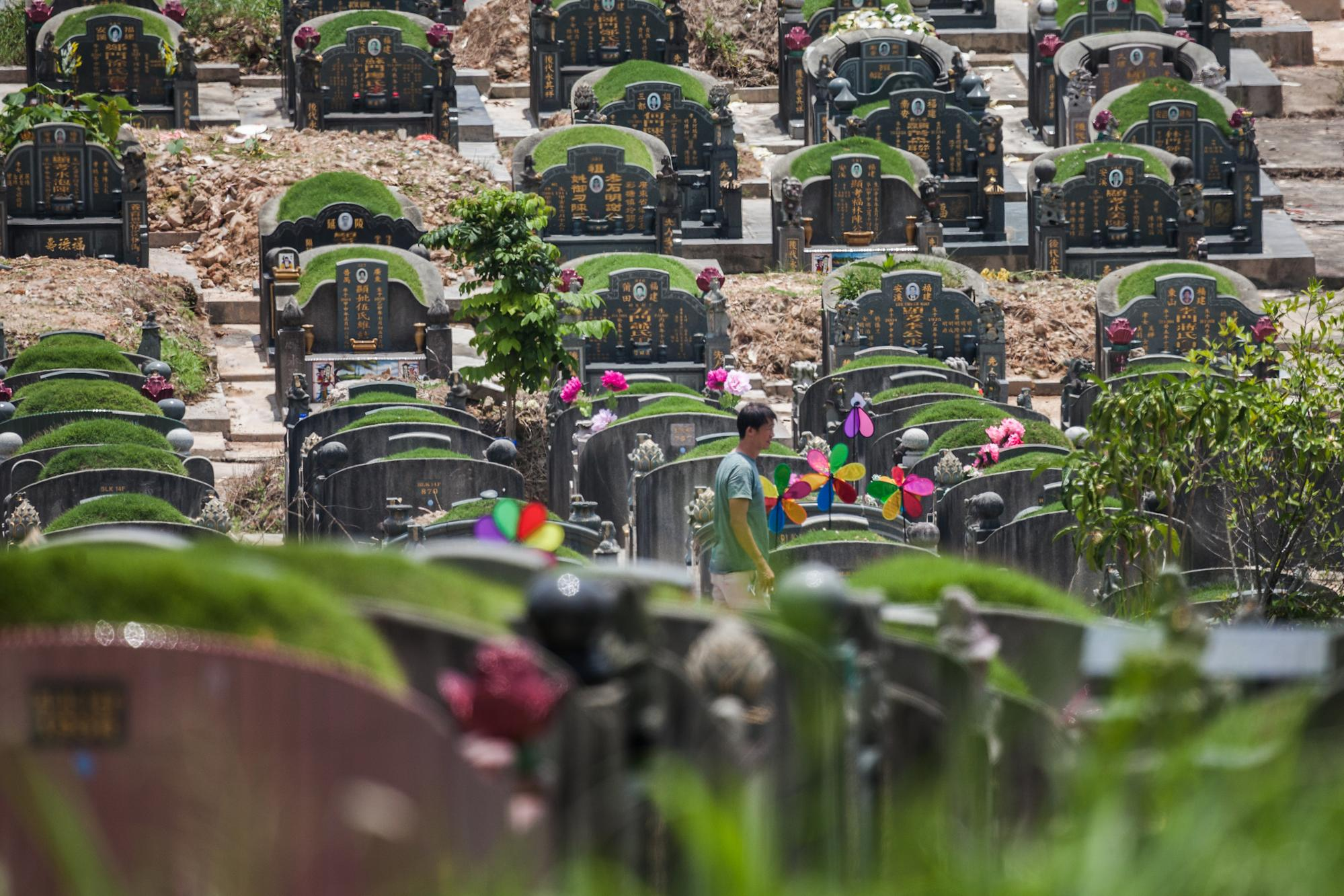 Families visiting cemeteries, columbaria during Qing Ming period limited to 8 per group