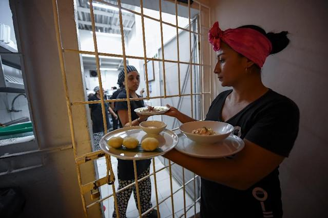 Colombian inmates serving customers at El Interno, a restaurant in the San Diego jail in Cartagena (AFP Photo/Raul Arboleda)