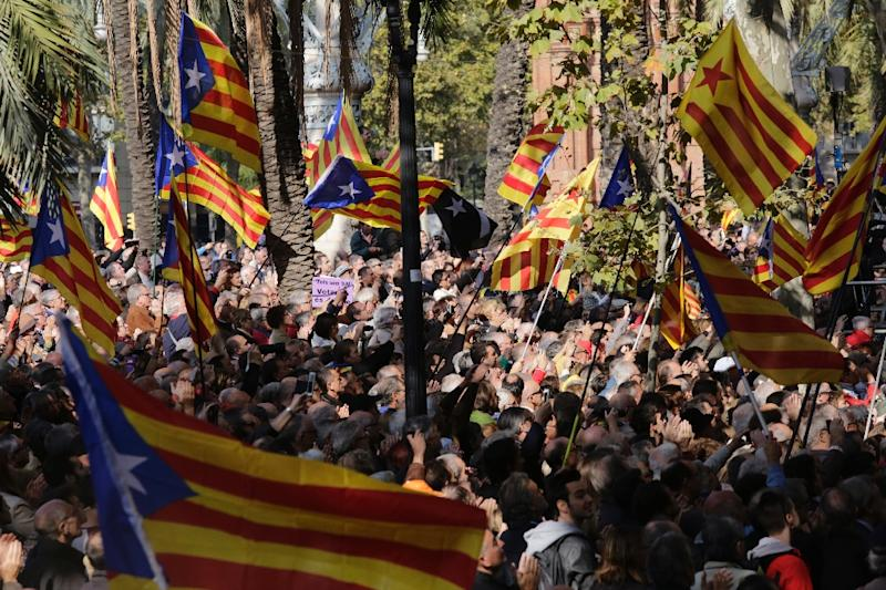 """People wave """"Estaladas"""" (pro-independence flags) outside the Superior Court of Catalonia on October 15, 2015 in Barcelona (AFP Photo/Pau Barrena)"""