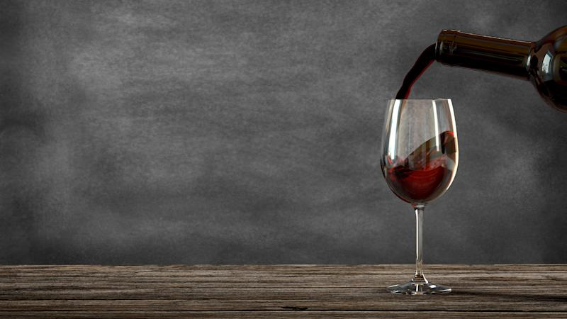 Vino tinto, de la botella a la copa. (Photo: itjo via Getty Images)