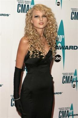 Taylor Swift poses at the 40th Country Music Association Awards in Nashville, Tennessee November 6, 2006.