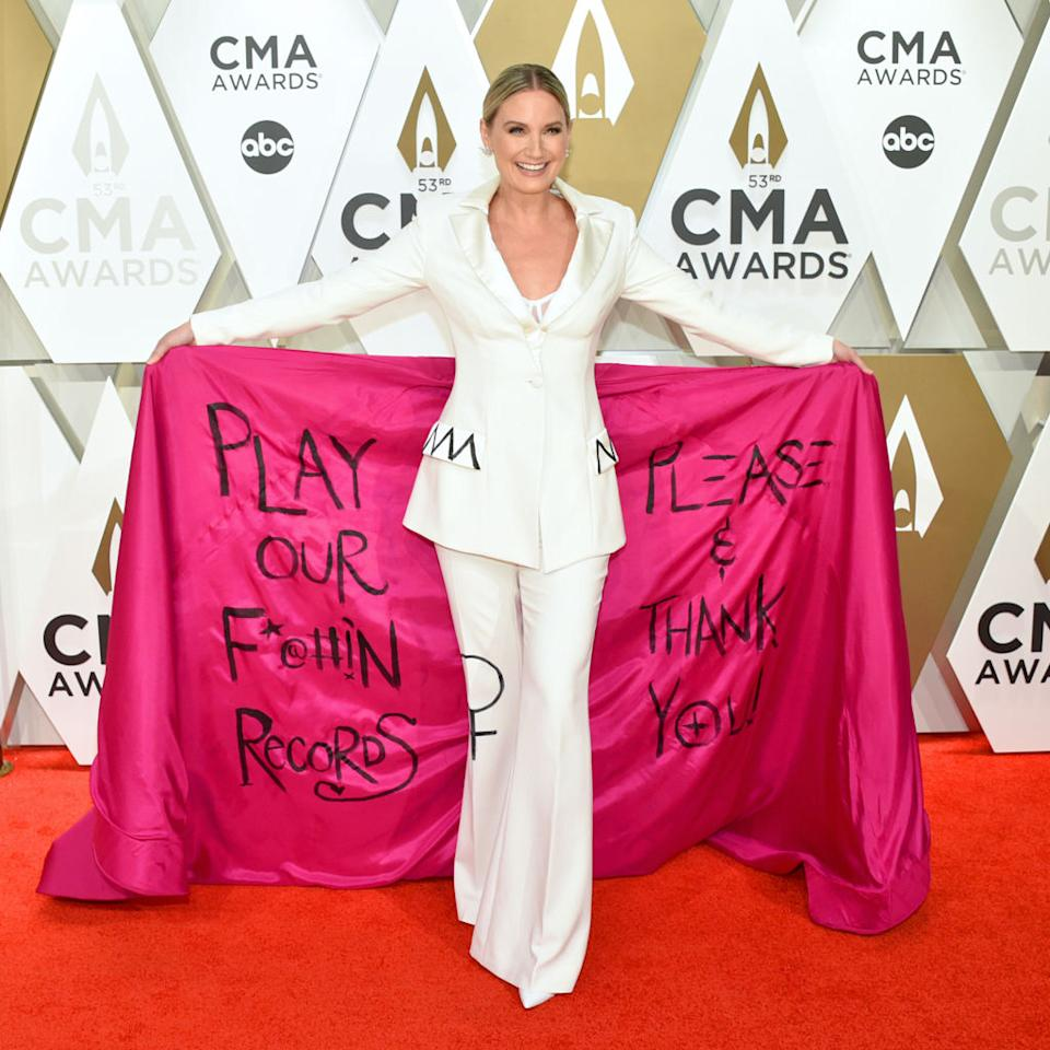 Jennifer Nettles makes a statement on the red carpet before the 53rd annual CMA Awards at Music City Center on Nov. 13 in Nashville, Tennessee. (Photo: John Shearer/WireImage,)