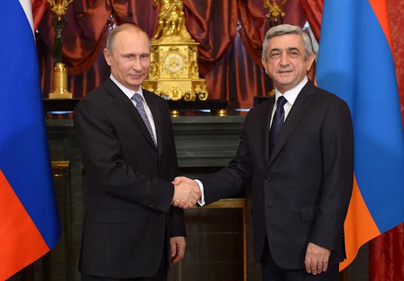 Russia's President Vladimir Putin (L) shakes hands with with his Armenian counterpart Serzh Sarksian in 2013