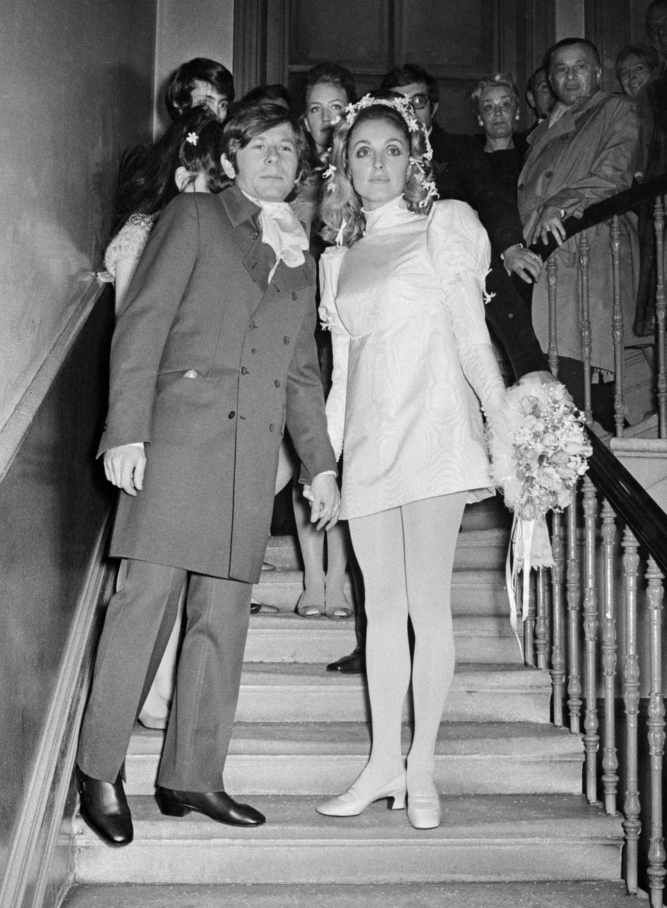 Sharon Tate y Roman Polanski sellaron su amor el 20 de enero de 1968. La estadounidense estaba radiante con este minivestido de seda con mangas farol de la firma Alba. (Foto: David Housden and Harry Fox / Getty Images)