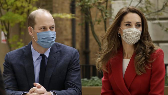 Pangeran William dan Kate Middleton saat mengunjungi RS St. Bartholomew di London pada 20 Oktober 2020. (AP Photo/Matt Dunham, Pool)