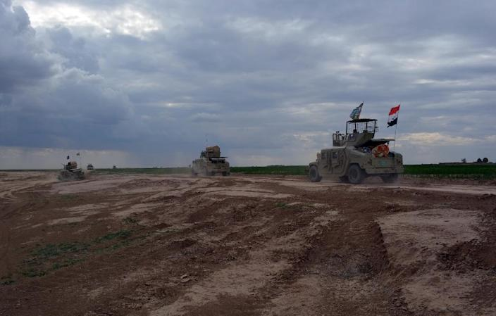 Iraqi government forces take position in the northern part of Diyala province on March 4, 2015 (AFP Photo/Younis al-Bayati)