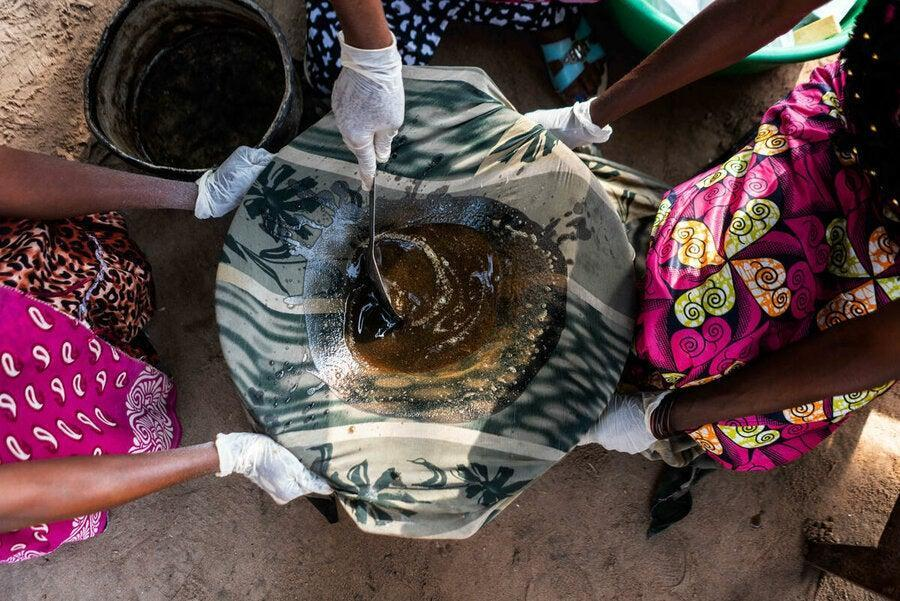 The oil mixture is filtered using cloth (WFP/Arete/Fredrik Lerneryd)