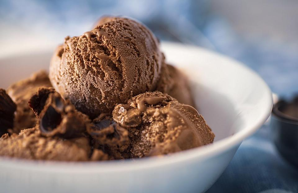 """<p>While no summer is complete without visiting an<a href=""""https://www.thedailymeal.com/eat/best-ice-cream-stand-every-state-gallery?referrer=yahoo&category=beauty_food&include_utm=1&utm_medium=referral&utm_source=yahoo&utm_campaign=feed"""" rel=""""nofollow noopener"""" target=""""_blank"""" data-ylk=""""slk:iconic ice cream stand"""" class=""""link rapid-noclick-resp""""> iconic ice cream stand</a> or getting a pint of <a href=""""https://www.thedailymeal.com/eat/most-searched-ice-cream-america?referrer=yahoo&category=beauty_food&include_utm=1&utm_medium=referral&utm_source=yahoo&utm_campaign=feed"""" rel=""""nofollow noopener"""" target=""""_blank"""" data-ylk=""""slk:the most popular ice cream in your state"""" class=""""link rapid-noclick-resp"""">the most popular ice cream in your state</a>, it may not be the best thing to serve at your cookout. Just think of the facts: summer is hot and ice cream is cold. And unless you're keeping your sundae bar indoors, chances are your sweet treat will be a soupy mess before your first guest gets to take a bite.</p>"""