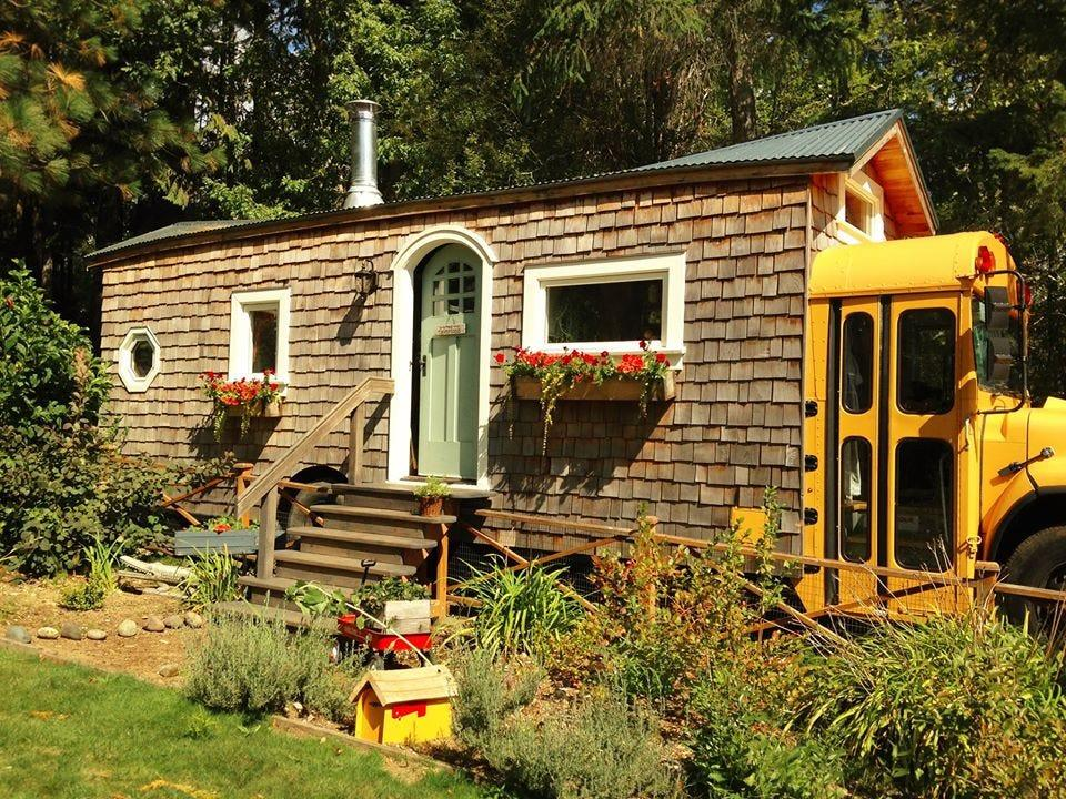"""Jeremy Von Thompson took an ordinary school bus and transformed it into a tiny home because he's """"always loved to tinker."""""""