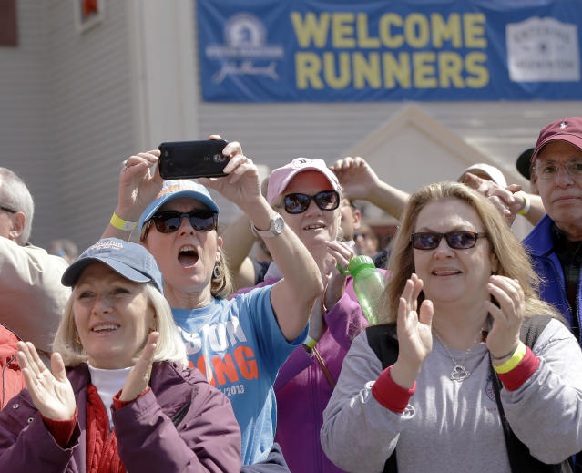 Spectators cheer as the fourth wave of runners started the 118th Boston Marathon, Monday, April 21, 2014, in Hopkinton, Mass. (AP Photo/Stephan Savoia)