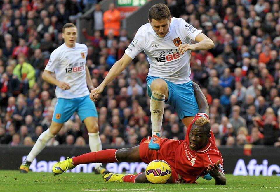 Hull City's Alex Bruce tackles Liverpool's Mario Balotelli during their English Premier League match at the Anfield stadium in Liverpool, northwest England, on October 25, 2014 (AFP Photo/Paul Ellis)