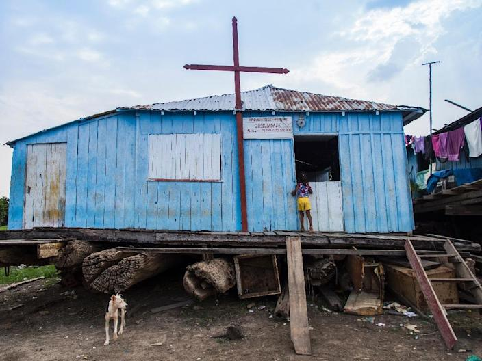 A wooden floating Catholic Church in the village of Cacau Pirêra, district of Iranduba, is stranded due to the drought in the Negro River on October 21, 2015 (AFP Photo/Raphael Alves)