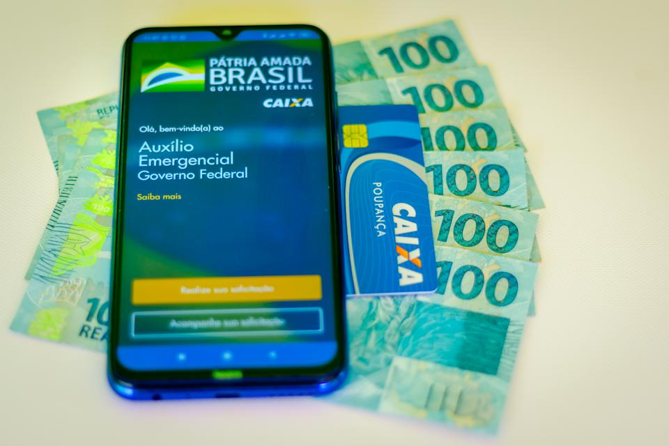 BRAZIL - 2020/04/24: In this photo illustration an Auxílio Emergencial da Caixa application seen displayed on a smartphone. (Photo Illustration by Rafael Henrique/SOPA Images/LightRocket via Getty Images)