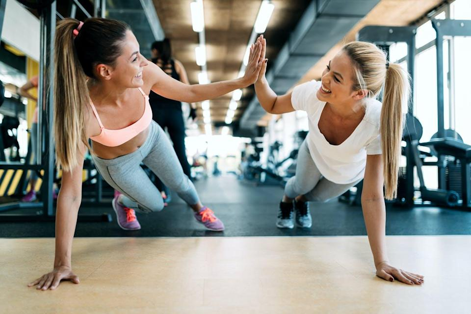 """<span class=""""attribution""""><a class=""""link rapid-noclick-resp"""" href=""""https://www.shutterstock.com/es/image-photo/two-attractive-fitness-girls-doing-push-679609810"""" rel=""""nofollow noopener"""" target=""""_blank"""" data-ylk=""""slk:Shutterstock / NDAB Creativity"""">Shutterstock / NDAB Creativity</a></span>"""