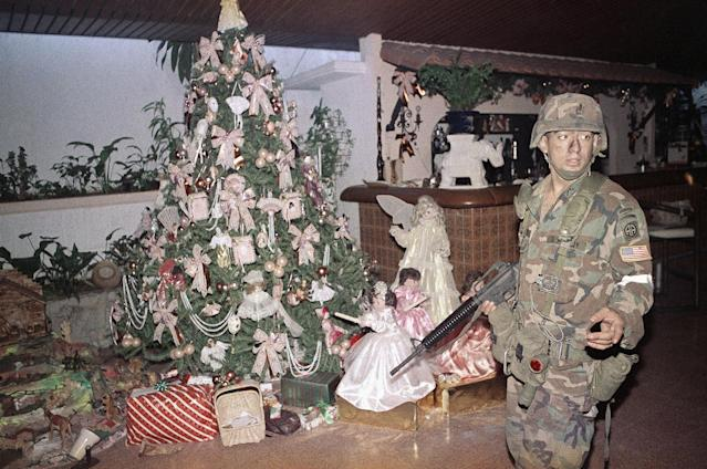 <p>A U.S. soldier stands guard by a Christmas tree inside the house of Manual Noriega in Panama City, Dec. 23, 1989. (AP Photo/Matiace Recart) </p>