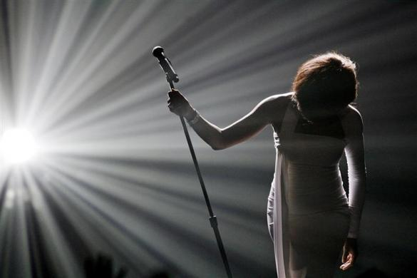 "Whitney Houston bows after performing ""I Didn't Know My Own Strength"" at the 2009 American Music Awards in Los Angeles, California November 22, 2009.     REUTERS/Mario Anzuoni (UNITED STATES ENTERTAINMENT IMAGES OF THE DAY)"