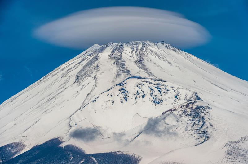 A very classic flying saucer-shaped lenticular cloud.