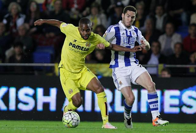 Villarreal's Congolese forward Cedric Bakambu (L) vies with Real Sociedad's Mexican defender Diego Reyes during the Spanish League football match at El Madrigal stadium in Villareal on April 24, 2016 (AFP Photo/Jose Jordan)