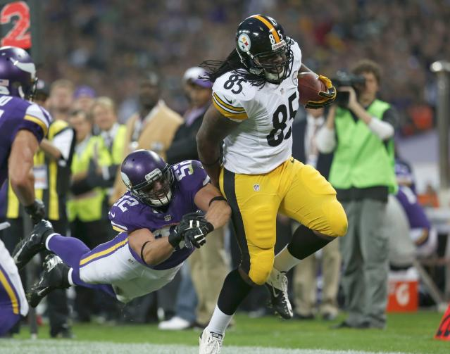 Pittsburgh Steelers tight end David Johnson (R) gets past Minnesota Vikings outside linebacker Chad Greenway in the first quarter during their NFL football game at Wembley Stadium in London, September 29, 2013. REUTERS/Suzanne Plunkett (BRITAIN - Tags: SPORT FOOTBALL)