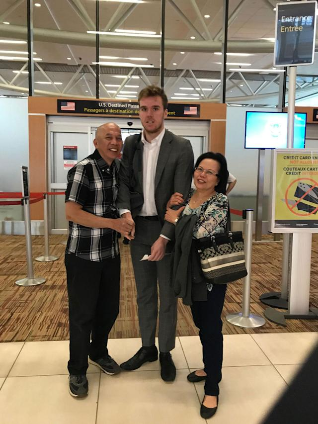 <p>Connor McDavid may have lost on the ice, but he won the Internet thanks to this wonderfully awkward airport photo. (@MargeauxMorin/Twitter) </p>