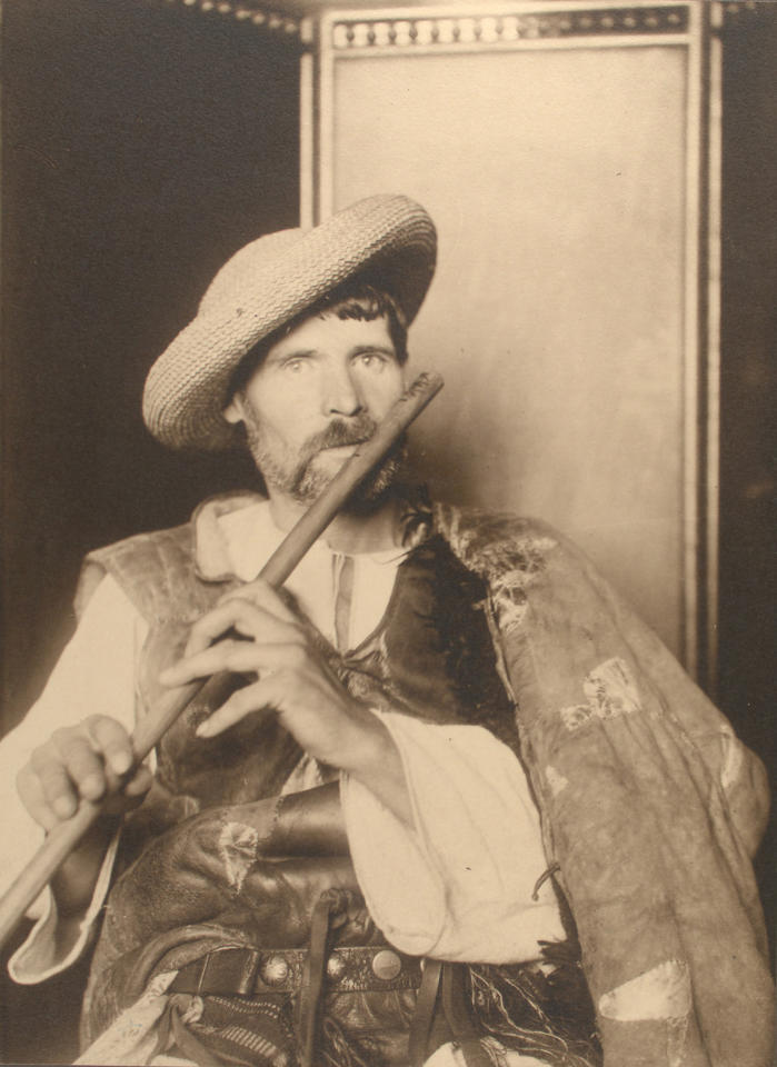 <p>Romanian piper. (Photograph by Augustus Sherman/New York Public Library) </p>