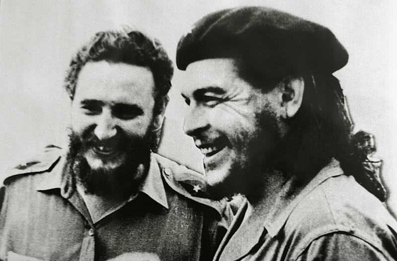 Cuban politician and revolutionary Fidel Castro left, and Che Guevara. (Photo: DeAgostini/Getty Images)