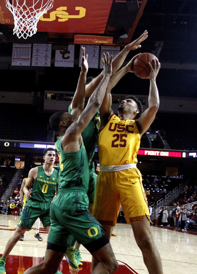 Southern California's Bennie Boatwright, right, goes up while defended by Oregon's Kenny Wooten during the first half of an NCAA college basketball game Thursday, Feb. 21, 2019, in Los Angeles. (AP Photo/Ringo H.W. Chiu)