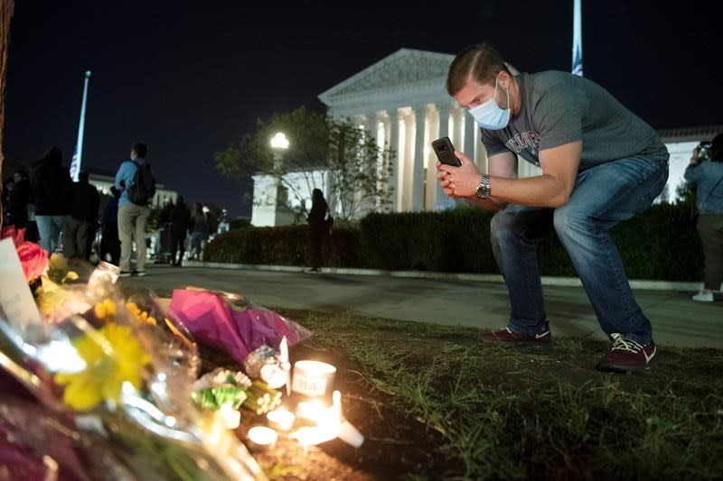 Mourners pay tribute outside U.S. Supreme Court as battle brews over RBG's successor