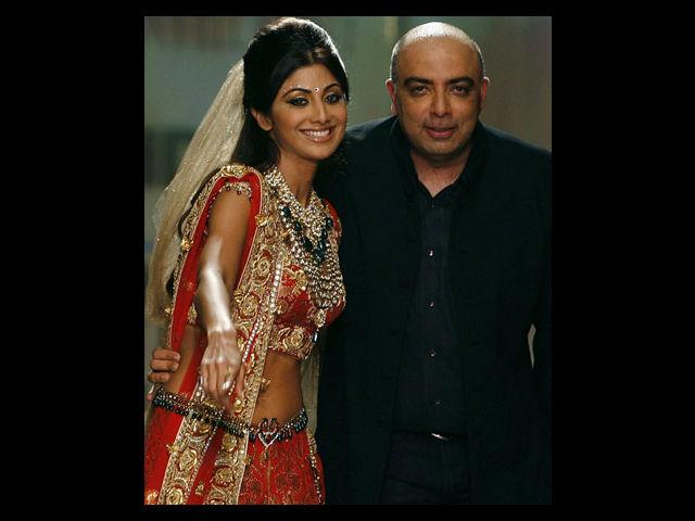 <b>2. Tarun Tahiliani</b><br> Tarun Tahiliani's bridal wear stunningly combines intricate Indian embroidery with western silhouettes. Famous for his gorgeous cholis coupled with net lehengas, he is a dream designer for Indian brides across the world. Actress Shilpa Shetty had designer Tarun Tahiliani design not just her wedding saree but her entire bridal trousseau.  In 2012, Tahiliani wowed the world with his beautiful creations comprising of appliqué work, use of velvet along with net, scooped necklines, asymmetrical lehengas coupled with heavy sequence birders and shimmering crystals.