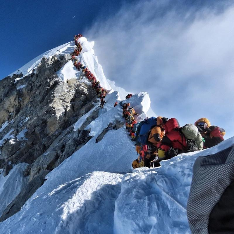 The queue to reach the top of Mount Everest (Nirmal Purja)