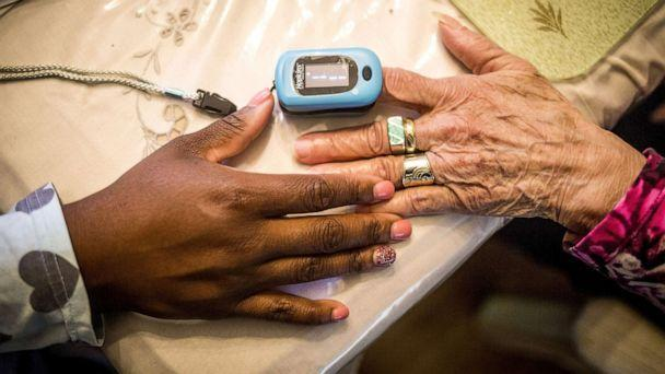 PHOTO: Nurse practitioner Nikesha McPherson uses a pulse oximeter on a patient at her home in Plainfield, N.J. Oct. 26, 2016. (Bloomberg via Getty Images, FILE)