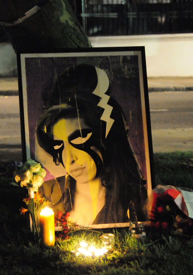 Amy-Winehouse-fans-tributes-picture
