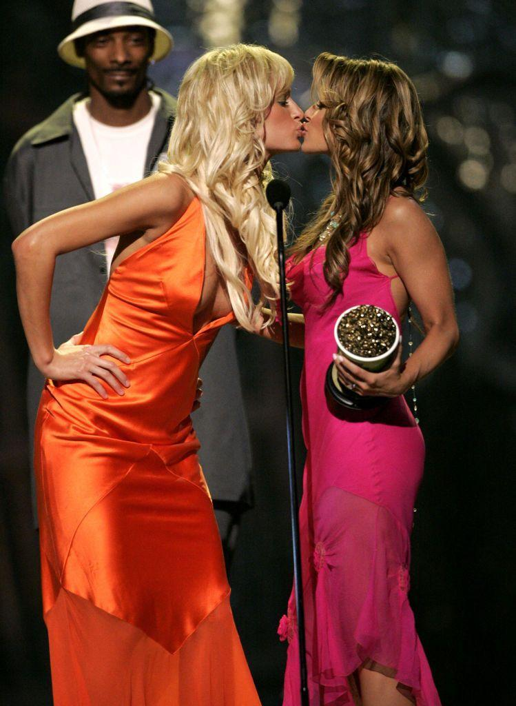 <p>Snoop Dogg and Hilton presented the former Baywatch star with the Best Kiss award in 2004 for Starsky & Hutch, during which Electra kissed Owen Wilson and Amy Smart.</p>