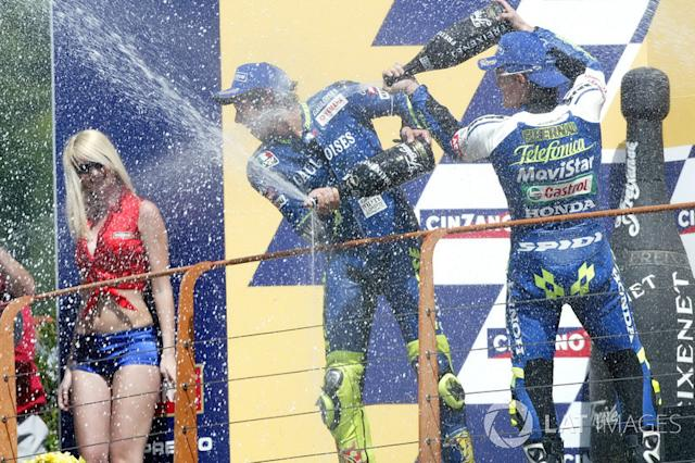 "Podio: 1º Valentino Rossi, 2º Sete Gibernau, 3º Max Biaggi <span class=""copyright"">Gold and Goose / Motorsport Images</span>"