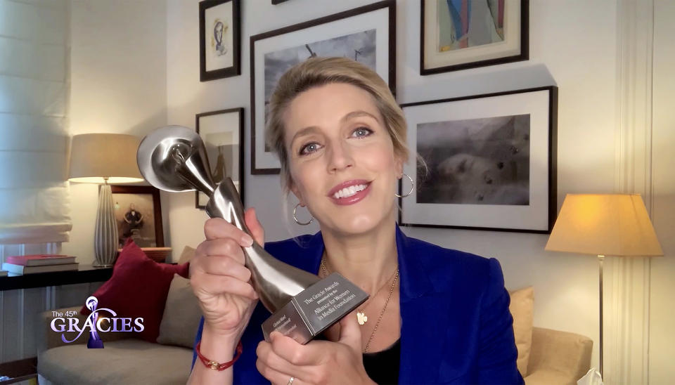 Clarissa Ward con el Premio Gracie.. (Photo by Getty Images/Getty Images for Women in Media Foundation)