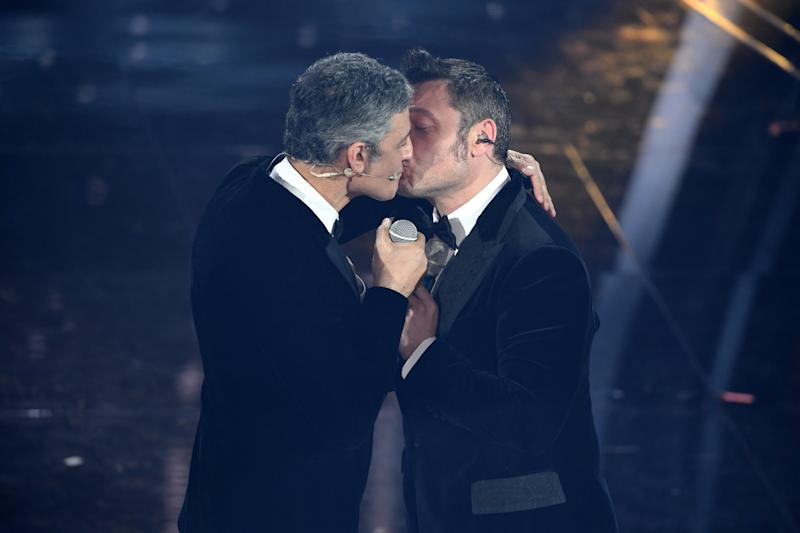 Il bacio tra Fiorello e Tiziano Ferro (Photo by Daniele Venturelli/Daniele Venturelli/Getty Images )