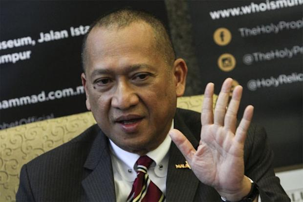Datuk Seri Nazri Abdul Aziz criticised the police for denying approval for his proposed debate with Tun Dr Mahathir Mohamad, saying that Malaysia was not a 'police state'. — Picture by Yusof Mat Isa