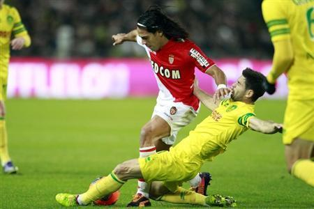 FC Nantes' Olivier Veigneau challenges AS Monaco's Radamel Falcao (L) during their French Ligue 1 soccer match at the Beaujoire in Nantes, November 24, 2013. REUTERS/Stephane Mahe