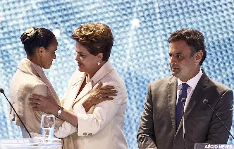 Presidential candidate for the Brazilian Socialist Party Marina Silva (L) greets President Dilma Rousseff (C) alongside Brazilian Social Democracy Party candidate Aecio Neves before a television debate in Sao Paulo, Brazil on August 26, 2014 (AFP Photo/Miguel Schincariol)