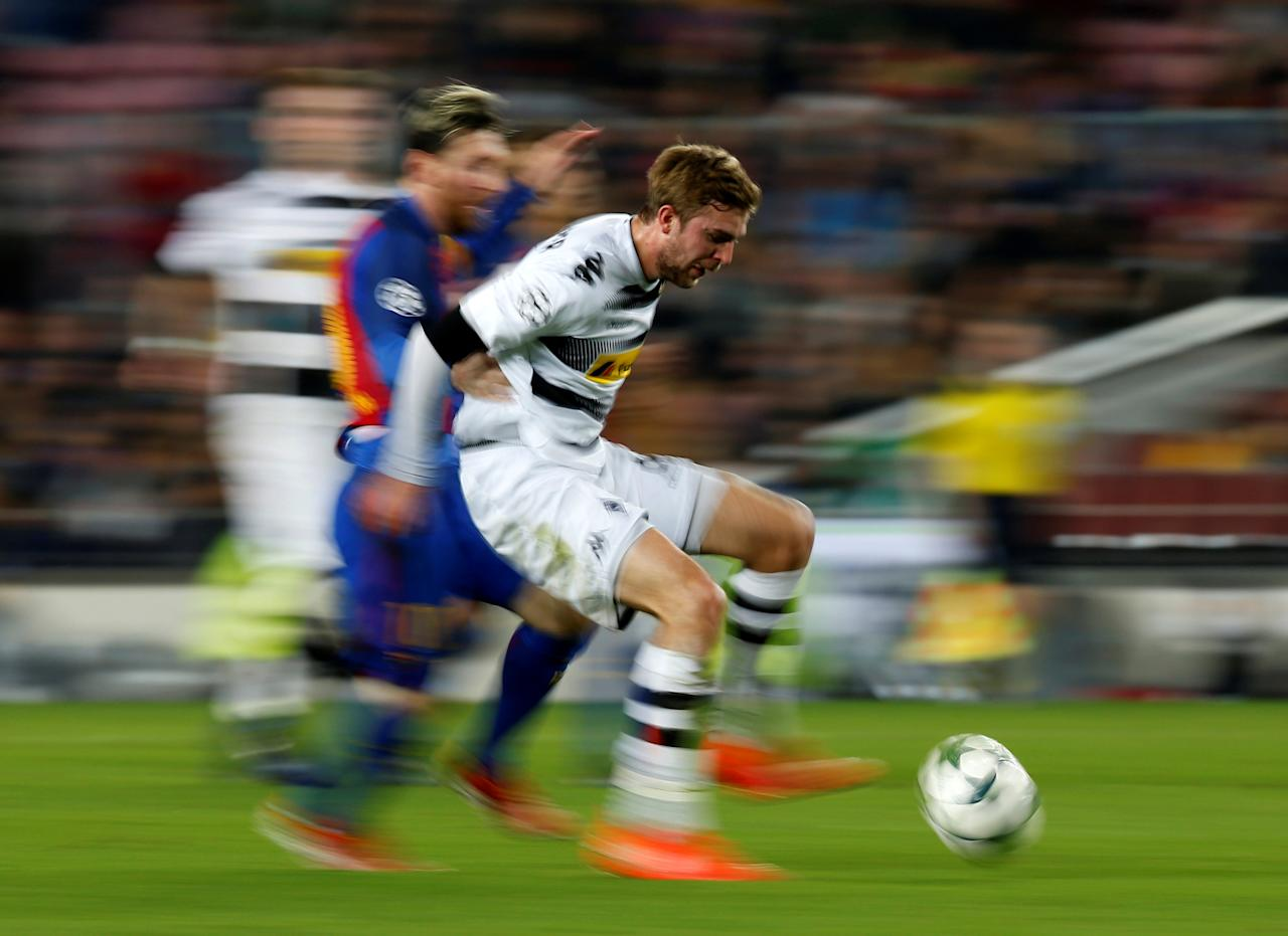 Football Soccer - FC Barcelona v Borussia Moenchengladbach - UEFA Champions League Group Stage - Group C - Camp Nou stadium, Barcelona, Spain - 6/12/2016 - Barcelona's Lionel Messi and Borussia Moenchengladbach's Christoph Kramer in action. REUTERS/ Albert Gea