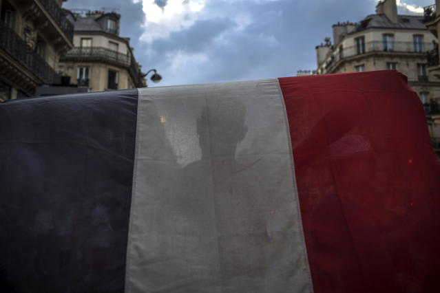 PIL10. Paris (France), 15/07/2018.- A French supporter carries his country's national flag as he celebrates his team's victory after the FIFA World Cup 2018 final match between France and Croatia, in Paris, France, 15 July 2018. (Croacia, Mundial de Fútbol, Francia) EFE/EPA/ROMAN PILIPEY