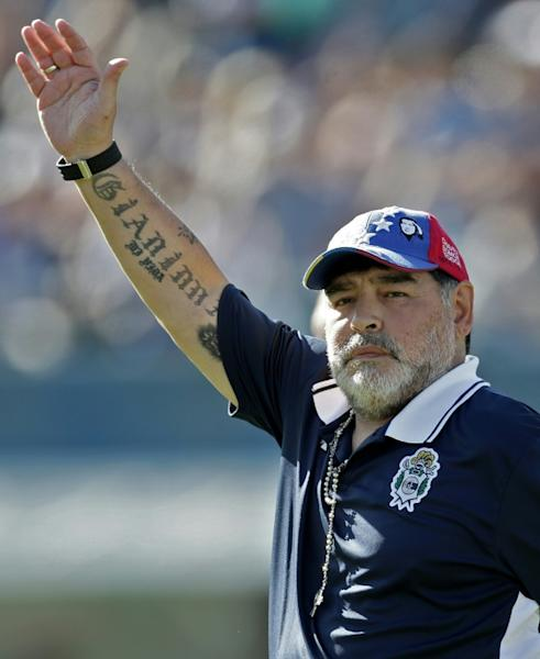 Maradona waves to supporters during the game against Estudiantes (AFP Photo/ALEJANDRO PAGNI)