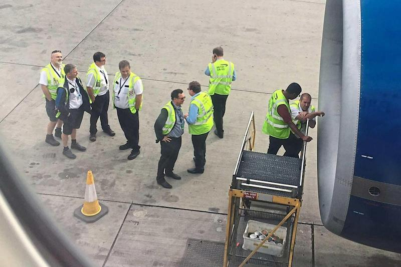 Examination: Engineers inspect the faulty engine