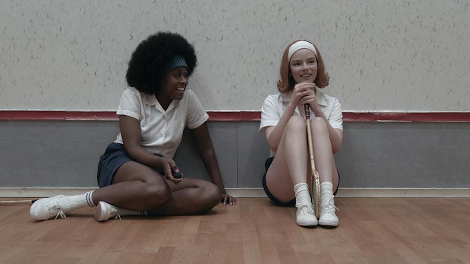 THE QUEEN'S GAMBIT (L to R) MOSES INGRAM as JOLENE and ANYA TAYLOR-JOY as BETH HARMON in episode 107 of THE QUEEN'S GAMBIT Cr. COURTESY OF NETFLIX © 2020 - Credit: Courtesy of Netflix