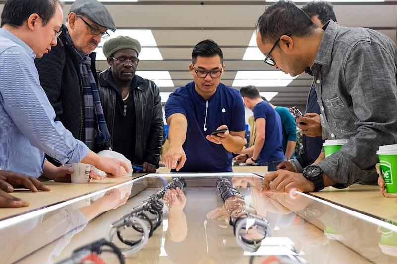 Apple will no longer secure its iPhones with cables in some retail stores