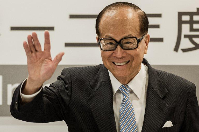 Asia's richest man Li Ka-shing waves during a press conference in Hong Kong on August 2, 2012