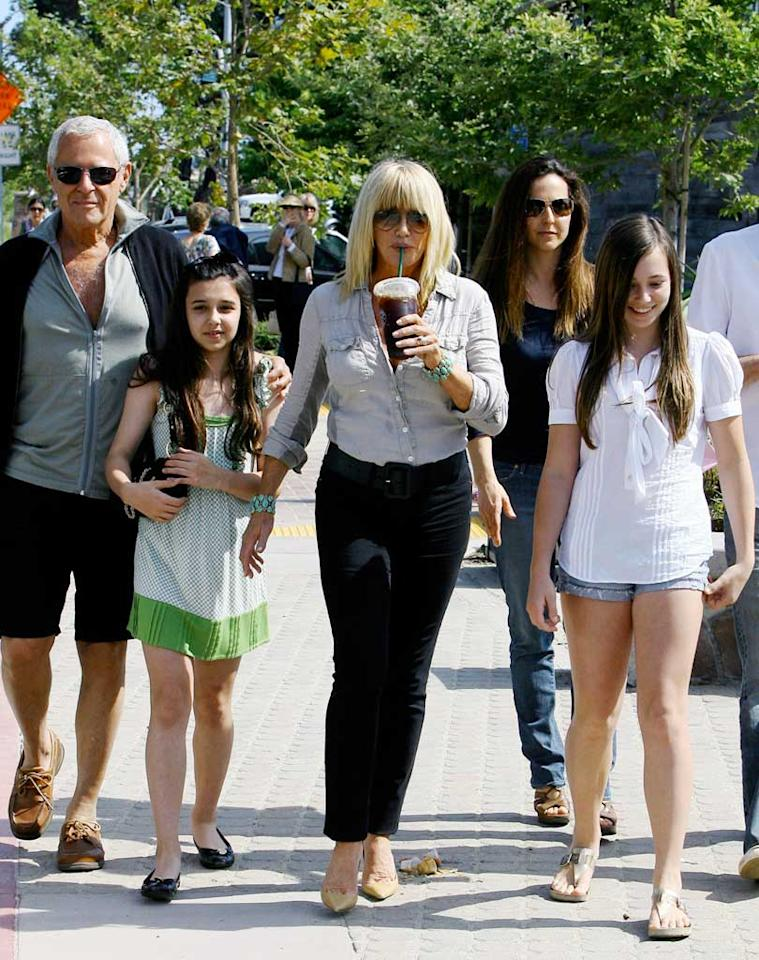 """Suzanne Somers gets coffee with her family. Looks like years of workin' that Thighmaster have kept her in good shape! <a href=""""http://www.x17online.com"""" target=""""new"""">X17 Online</a> - June 14, 2009"""