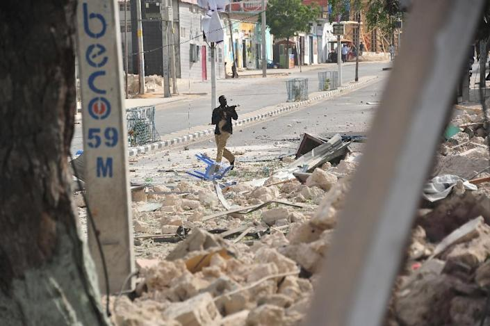 A Somali policeman holds a weapon following an attack outside an hotel in Mogadishu on January 25, 2017 (AFP Photo/MOHAMED ABDIWAHAB)