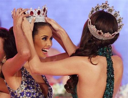 Megan Young (L), a local actress, reacts as she is crowned Miss World Philippines 2013 during the pageant coronation night in Manila August 18, 2013. REUTERS/Romeo Ranoco
